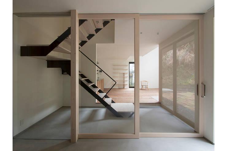 北鎌倉の家: 桑原茂建築設計事務所 / Shigeru Kuwahara Architectsが手掛けた廊下 & 玄関です。