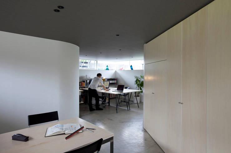 Рабочие кабинеты в . Автор – 桑原茂建築設計事務所 / Shigeru Kuwahara Architects