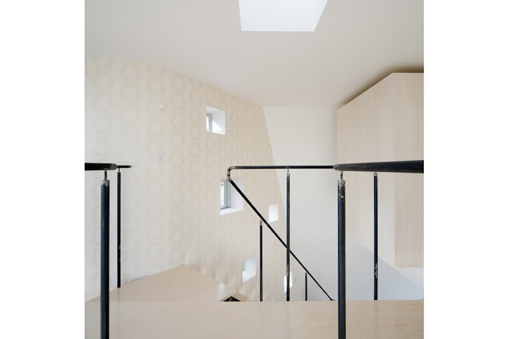 Коридор и прихожая в . Автор – 桑原茂建築設計事務所 / Shigeru Kuwahara Architects