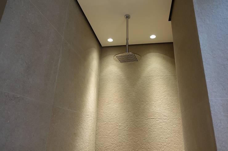 Plafond suspendu dans la douche avec ciel de pluie suspendu: Salle de bains de style  par SA2L RENOVATIONS PRIVEES