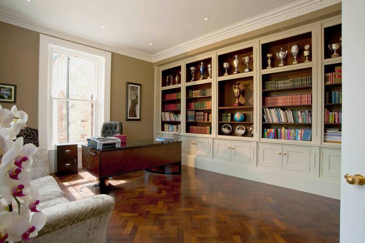 غرفة الميديا تنفيذ Des Ewing Residential Architects