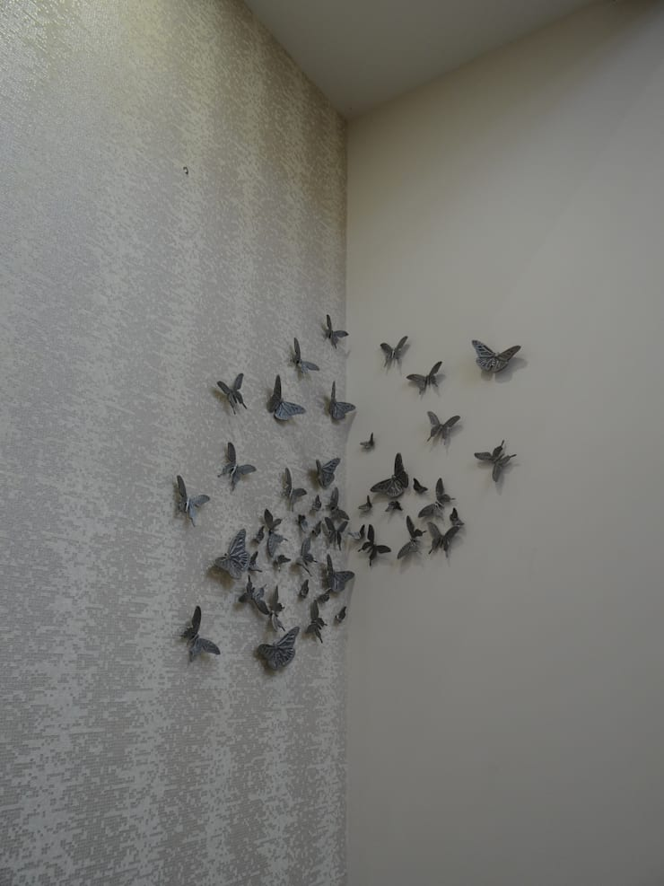 Butterfly motifs on the wall:  Walls by Hasta architects
