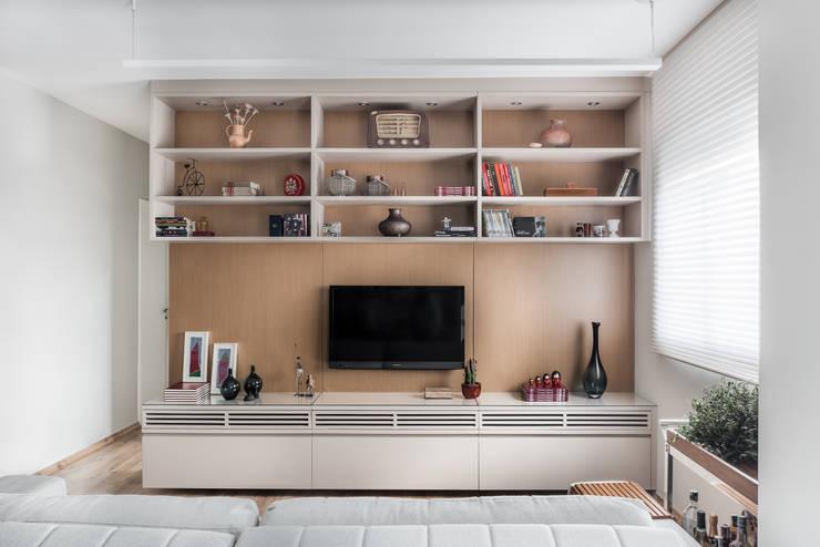 Sala de TV: Salas de estar modernas por Alma em Design