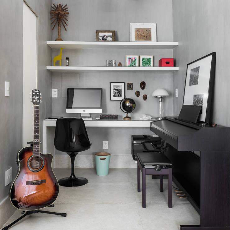 Рабочие кабинеты в . Автор – Alma em Design, Модерн