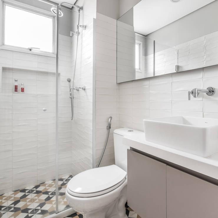 Banheiro das crianças: Banheiros modernos por Alma em Design