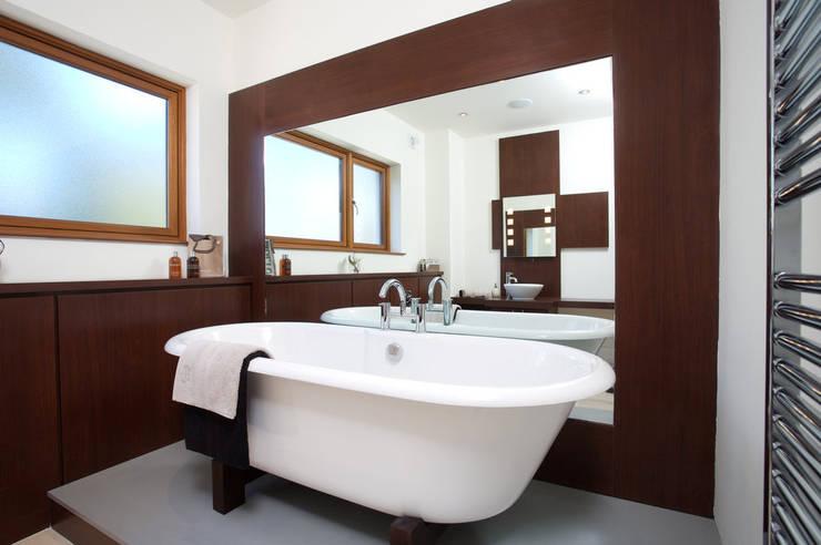 modern Bathroom by Des Ewing Residential Architects