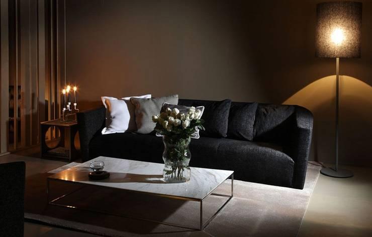 Sofás com qualidade e design Sofas with quality and design www.intense-mobiliario.com  NOTSA http://intense-mobiliario.com/pt/sofas-3l-e-2l/10269-sofa-notsa.html: Sala de estar  por Intense mobiliário e interiores;