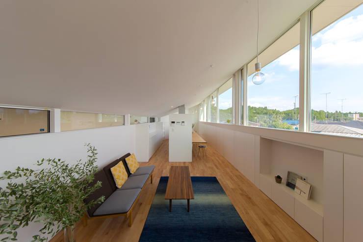 Modern Living Room by インデコード design office Modern
