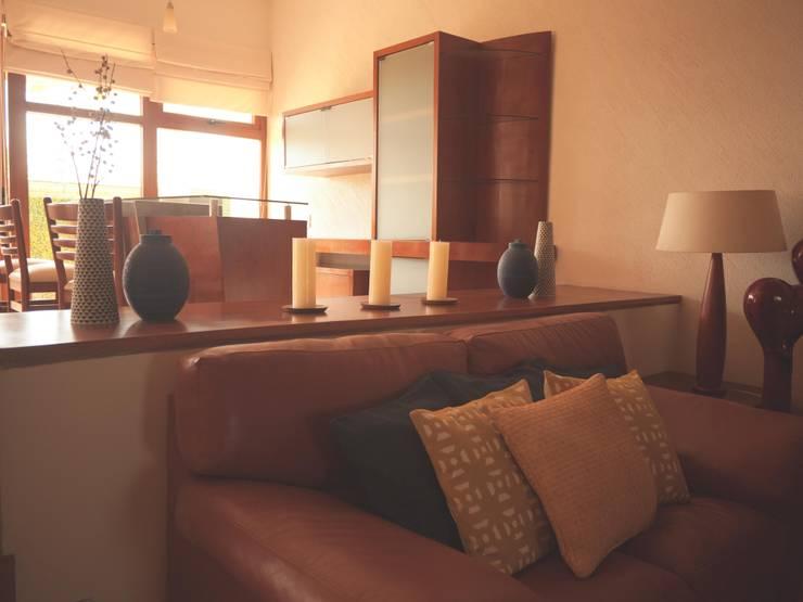 DISEÑO CASA 45: Vestíbulos, pasillos y escaleras de estilo  por Mono Studio
