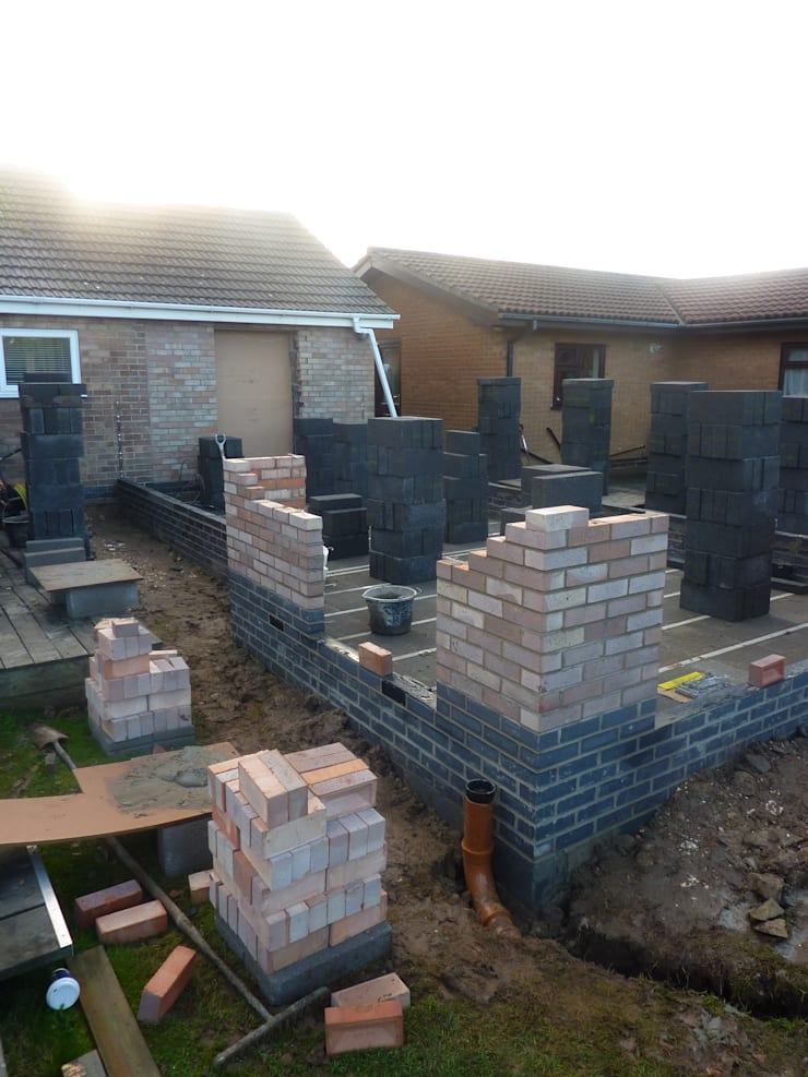 Bungalow extension brick and block cavity walls under construction de JMAD Architecture (previously known as Jenny McIntee Architectural Design)