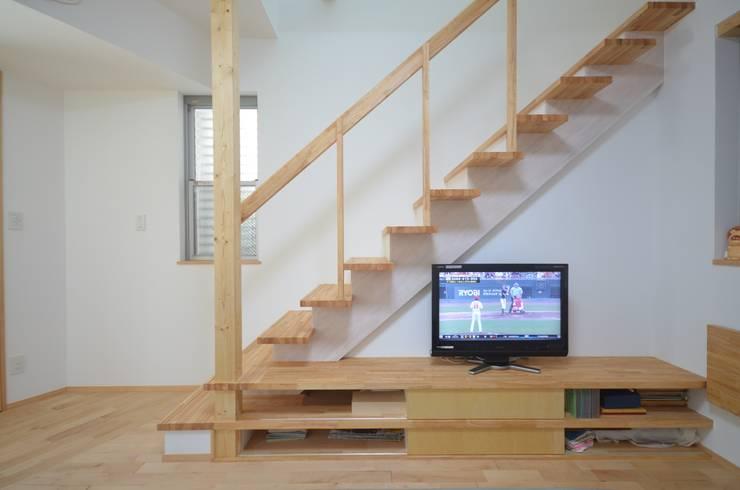modern Living room by 大塚高史建築設計事務所