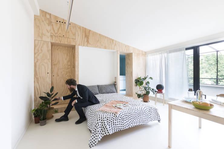 Batipin flat - studio wok: Camera da letto in stile  di studio wok