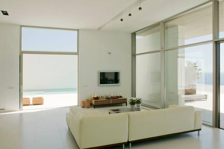 CASA SEACUB: Salones de estilo minimalista de RM arquitectura