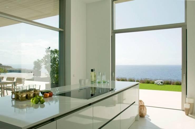 CASA SEACUB: Cocinas de estilo minimalista de RM arquitectura
