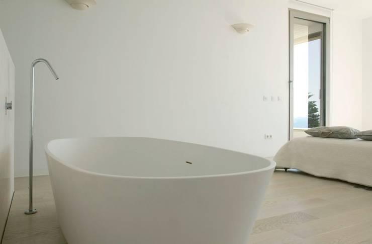 CASA SEACUB: Baños de estilo minimalista de RM arquitectura
