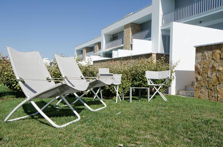 Projecto Decoração de Interiores – Design Villas Albufeira: Jardim  por Simple Taste Interiors