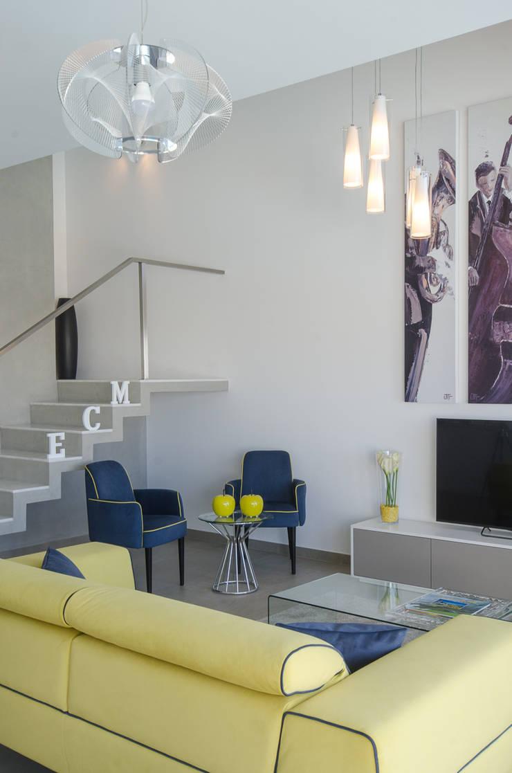 Projecto Decoração de Interiores – Design Villas Albufeira: Sala de estar  por Simple Taste Interiors