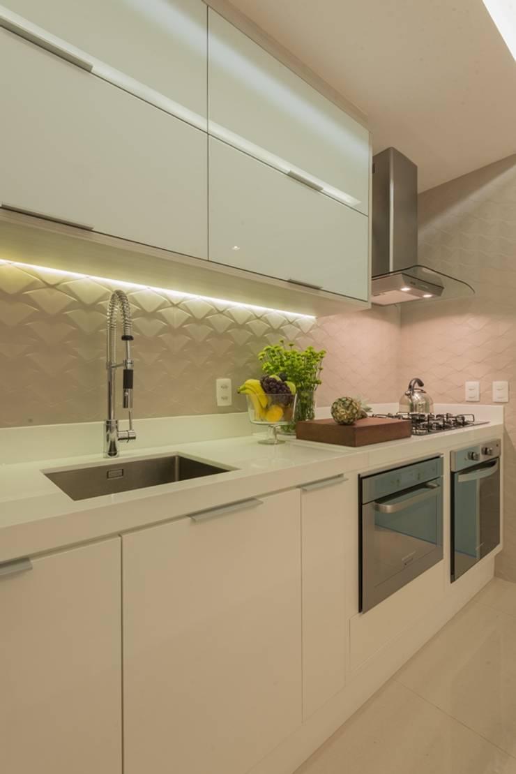 Cocinas de estilo moderno de Renata Matos Arquitetura & Business Moderno Tablero DM