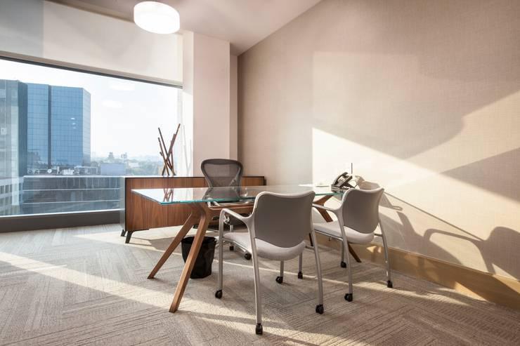 Oficinas en torre Virreyes Ciudad de Mexico: Estudios y oficinas de estilo  por Ofis Design