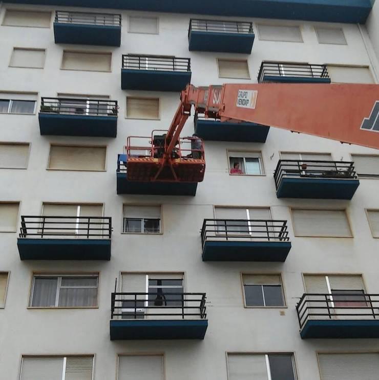 Pintura de prédio - serviço a condomínio : Casas  por Atádega Sociedade de Construções, Lda