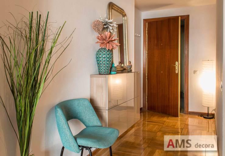 Vestíbulos, pasillos y escaleras de estilo  por AMS decora
