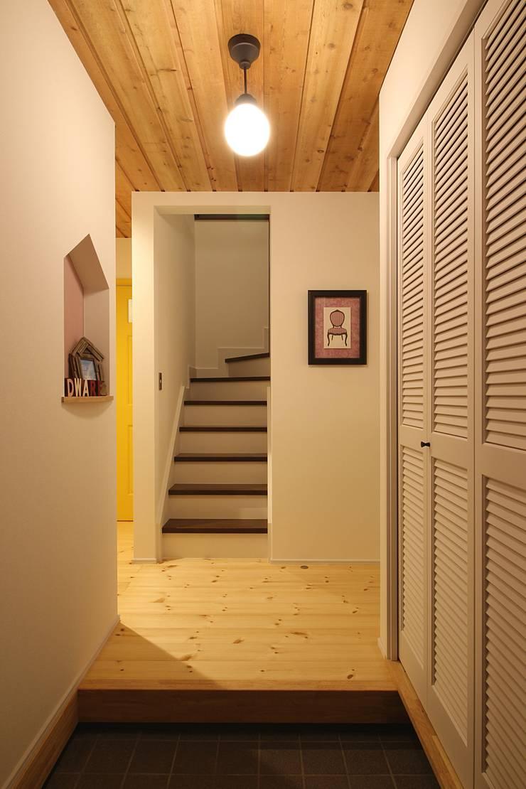 Scandinavian corridor, hallway & stairs by dwarf Scandinavian