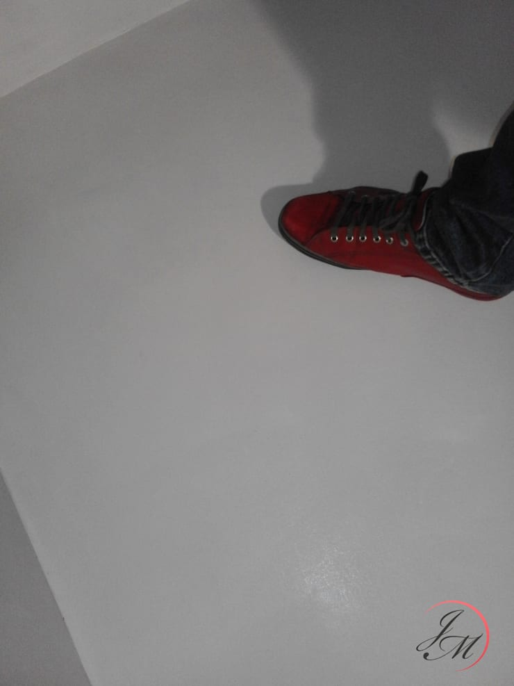 Beton biały podłoga: styl , w kategorii Łazienka zaprojektowany przez Studio Stylizacji Wnętrz i Wizerunku