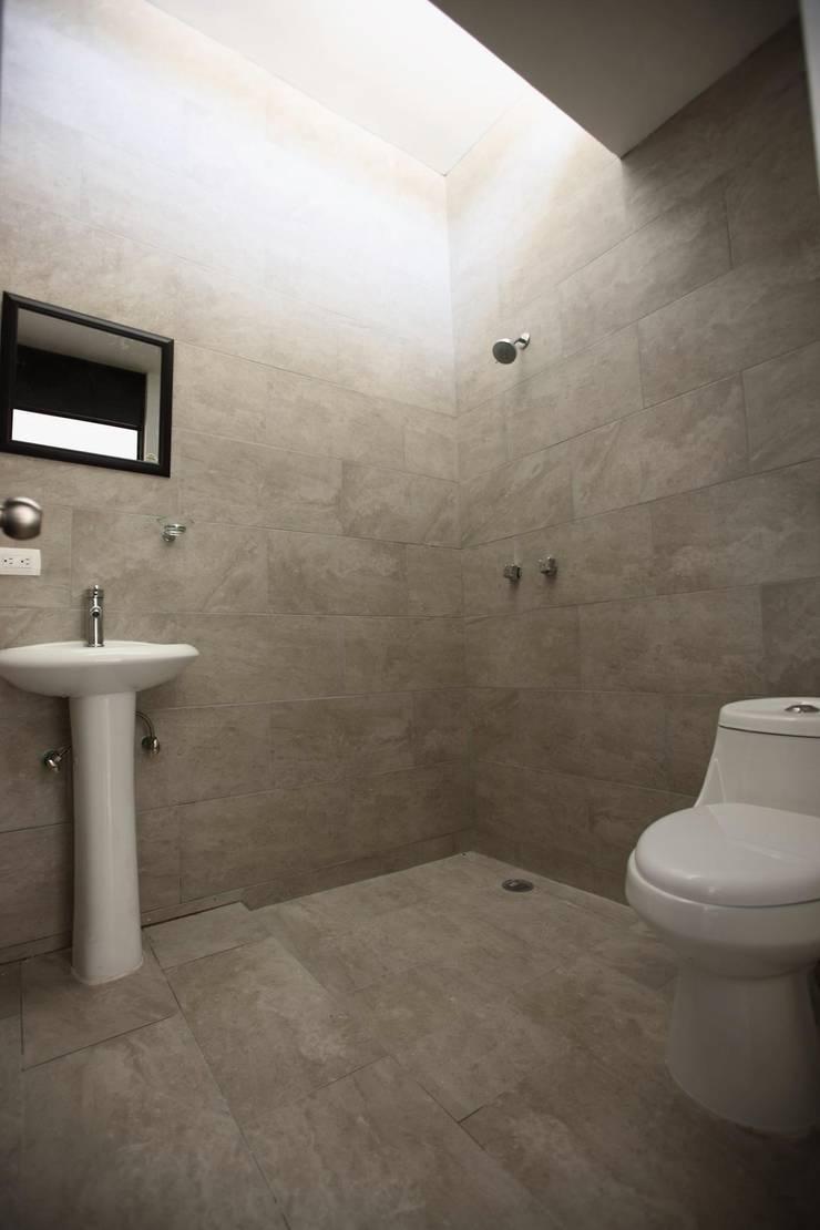 Casa en La Aldea: Baños de estilo  por Atelier X