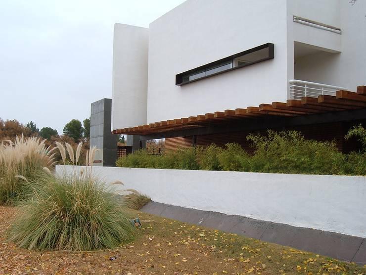 Casa Villegas: Casas de estilo  por Atelier X