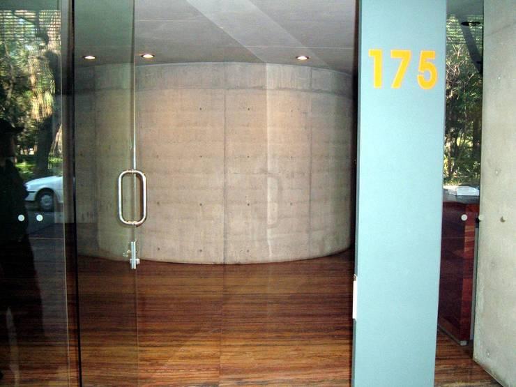 Edificio de departamentos en la Condesa: Pasillos y recibidores de estilo  por Atelier X