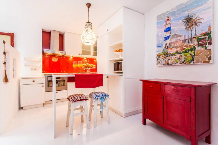 Ambiente turístico com sabor a sal e mar: Cozinhas  por alma portuguesa