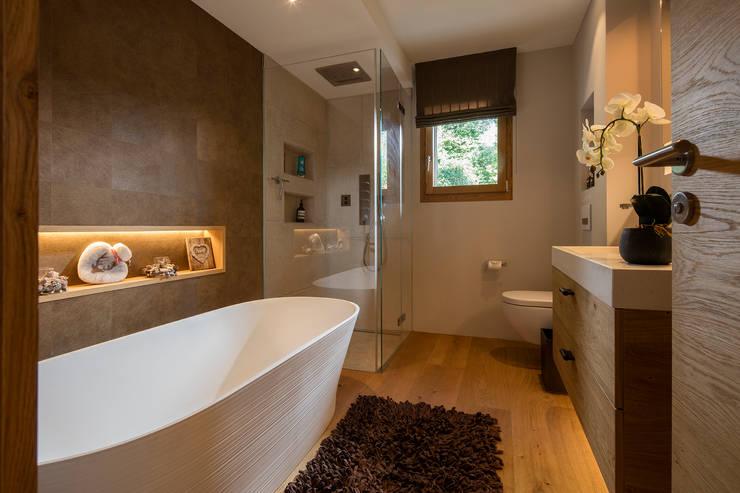 Ванные комнаты в . Автор – BAUR WohnFaszination GmbH