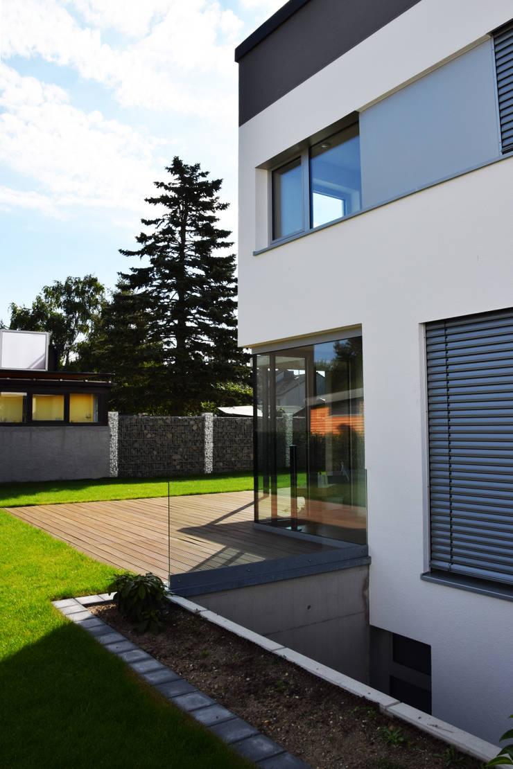 modern Garden by Marcus Hofbauer Architekt