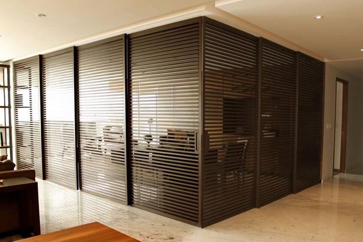 Departamento RK: Puertas y ventanas de estilo  por Concepto Taller de Arquitectura