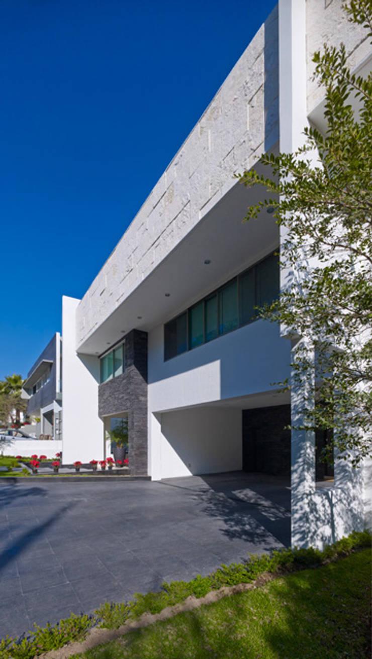 FACHADA : Casas de estilo  por Excelencia en Diseño