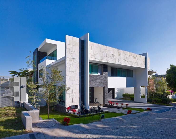 LA FACHADA FRONTAL: Casas de estilo  por Excelencia en Diseño