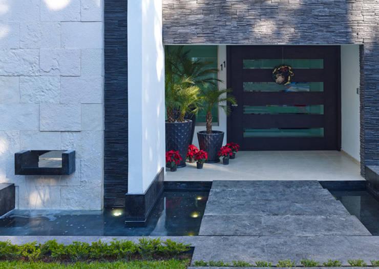 PUERTA PRINCIPAL: Casas de estilo moderno por Excelencia en Diseño