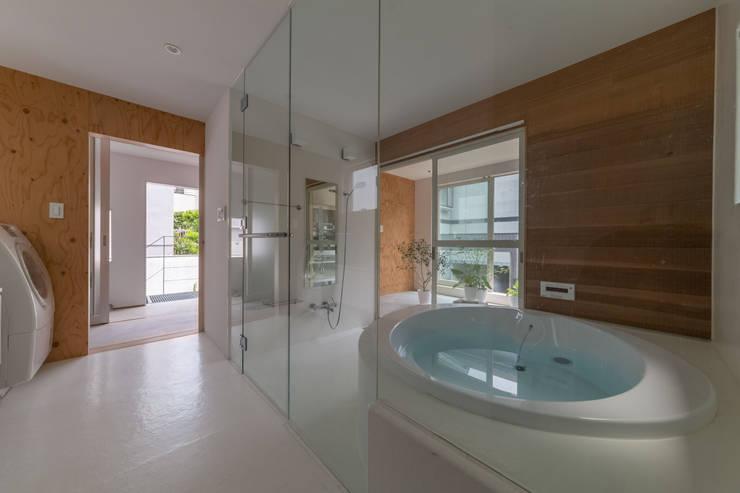 北烏山の住宅: 水石浩太建築設計室/ MIZUISHI Architect Atelierが手掛けた浴室です。