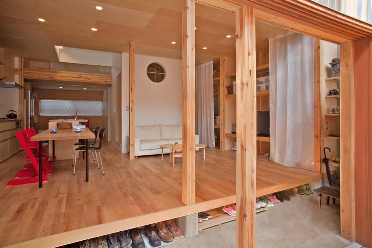 貫井北町の住宅: 水石浩太建築設計室/ MIZUISHI Architect Atelierが手掛けた廊下 & 玄関です。