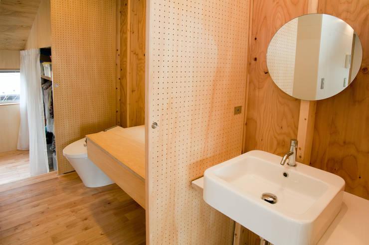 Ванные комнаты в . Автор – 水石浩太建築設計室/ MIZUISHI Architect Atelier