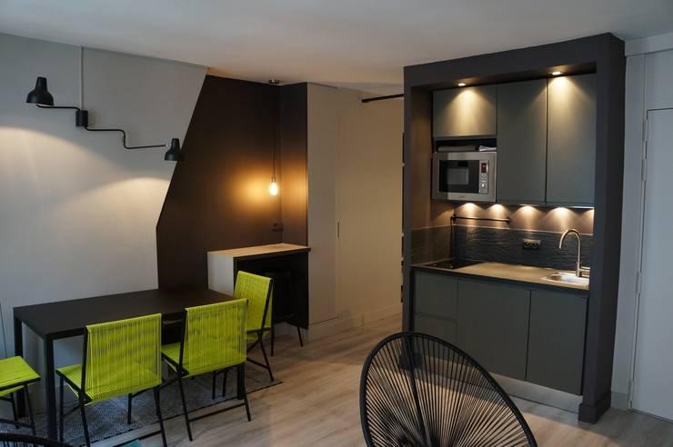Cocinas de estilo moderno por Laure van Gaver