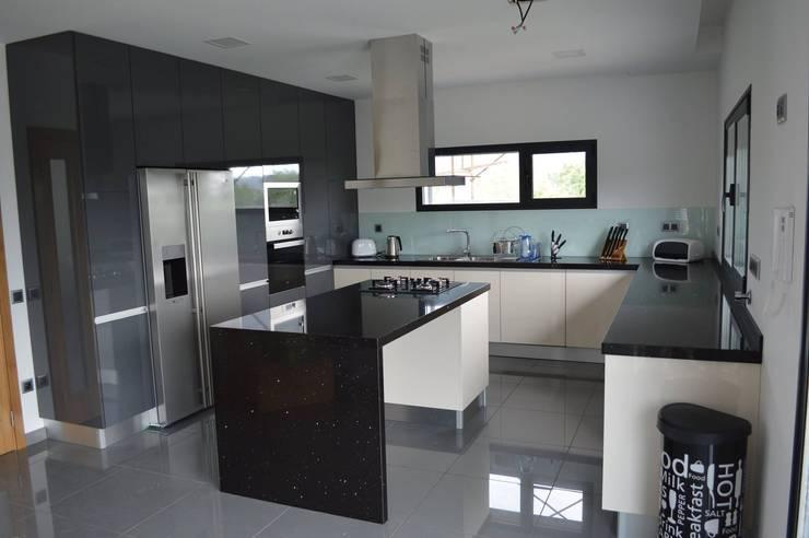 Ilha de cozinha: Cozinhas  por Ansidecor