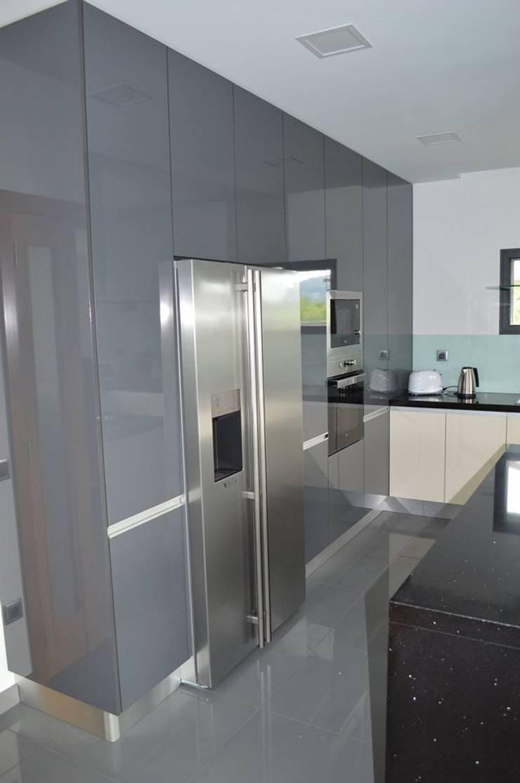 Colunas de cozinha com electrodomésticos encastrados: Cozinhas  por Ansidecor