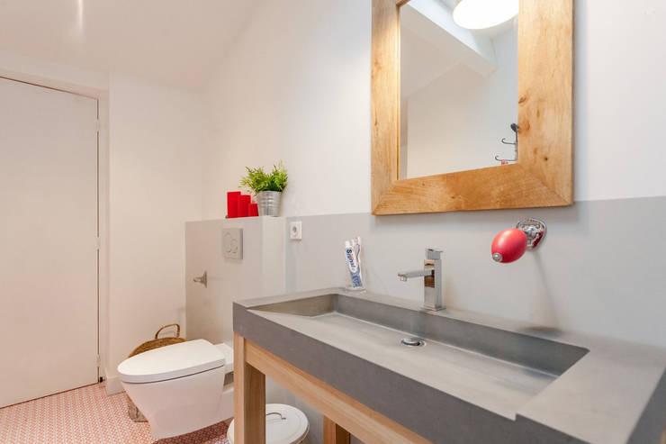 APPARTEMENT 175: Salle de bains de style  par FORT & SALIER