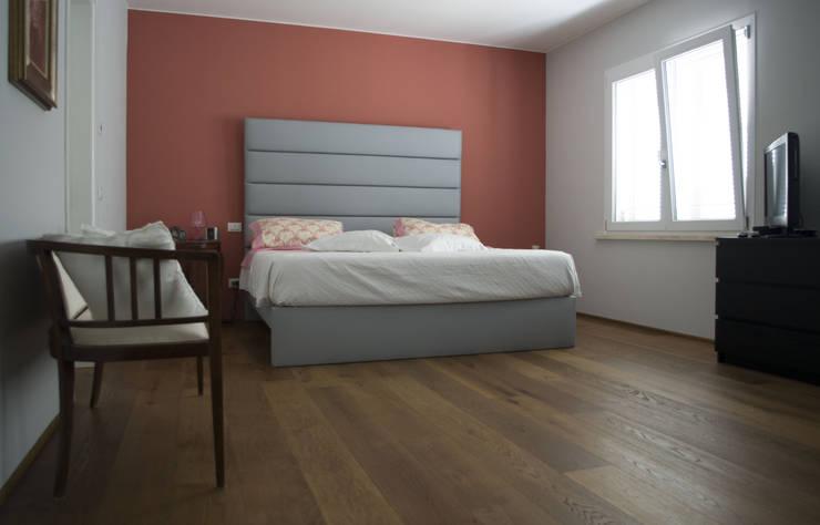 VV_LAD: Camera da letto in stile in stile Moderno di LAD studio