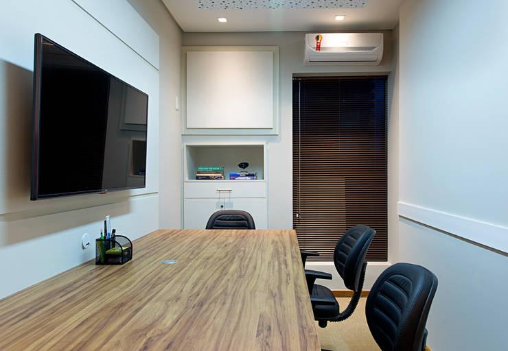 Geschäftsräume & Stores von Bruno Sgrillo Arquitetura, Rustikal Holz-Kunststoff-Verbund