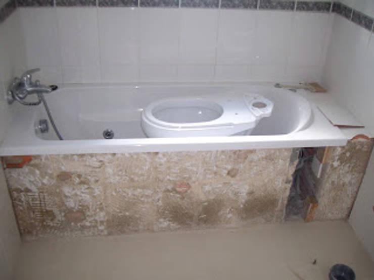 Remodelação de casa de banho foto do antes: Casas de banho  por Atádega Sociedade de Construções, Lda