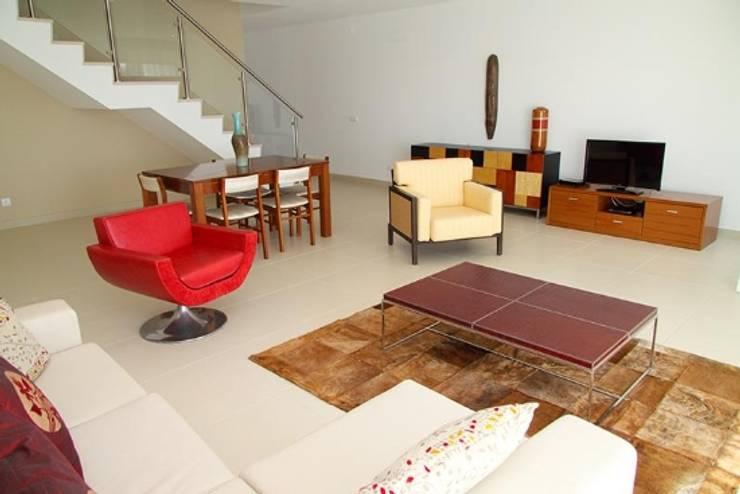 Villas Rocha 5: Salas de estar  por Atelier  Ana Leonor Rocha