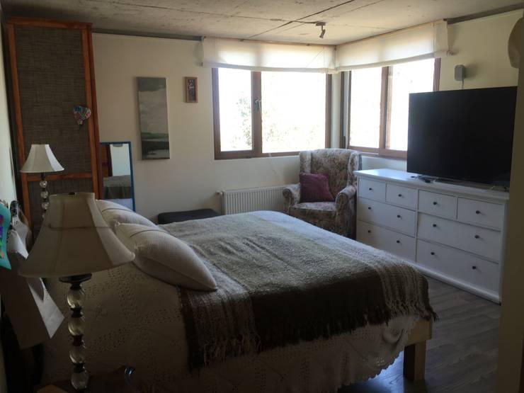 Dormitorio para relajarse en colores beige: Dormitorios de estilo ecléctico por Arquiespacios