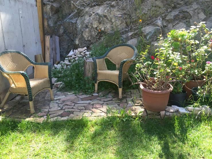 Casa de hormigón en el cerro: Jardines de estilo ecléctico por Arquiespacios